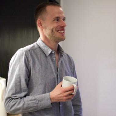 mand med skjorte og kaffekrus