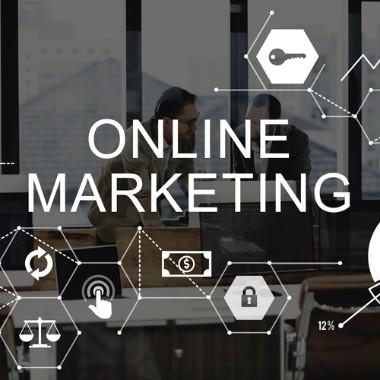 mænd taler om online marketing