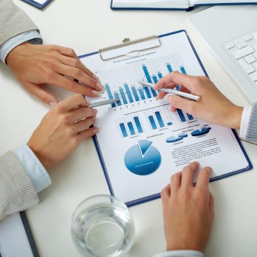 2 personer analyserer marketing data