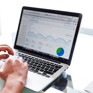 mand analyserer data på computer